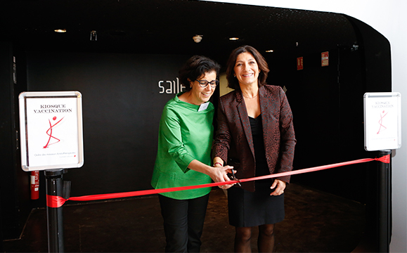 Pascale Mathieu et le docteur Houria Mouas de la Mairie de Paris inaugurent un kiosque vaccination pour lancer la campagne vaccinale contre la grippe